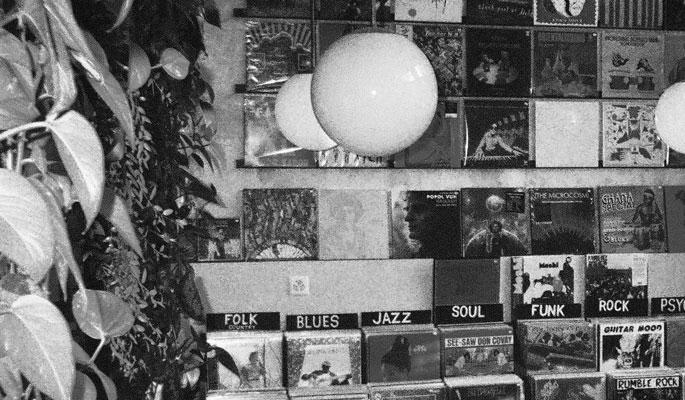Jeudi, un set composite du disquaire-label genevois Bongo Joe ouvrira les festivités. Initialement un magasin proposant aussi bien des disques vinyles que des cassettes, Bongo Joe c'est aujourd'hui une dizaine de passionnés, explorant les méandres des courants musicaux, proposant de nombreuses ré-éditions de perles sur le point de disparaître.